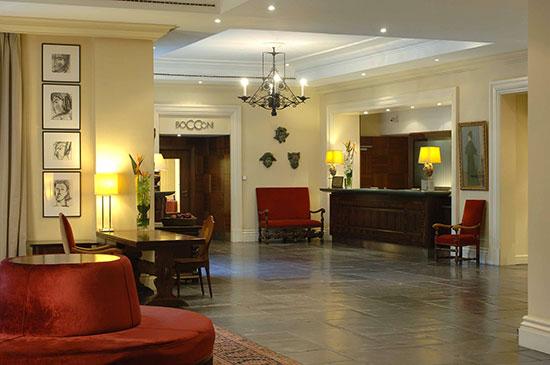 Relamping-sur-mesure-hotel-Amigo-avec-lampes-Led-parfaitement-integrees-au-decor